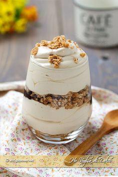 Coppette cremose allo yogurt e caffè, un dolce al cucchiaio veloce, fresco e senza uova. Ricetta facile da preparare in soli 5 minuti da servire bicchierini