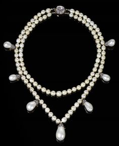 Queen Josefina's two-row-and-drop pearl necklace resurface - unfortunately not around Queen Silvia's or one of the Swedish princesses' neck, but at an auction at Sotheby's on 11 November 2014: