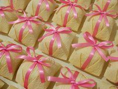 Bem Casados <br> <br> <br>Embalados em papel crepom liso na cor escolhida pelo cliente e fita de cetim com laço simples. Exceto nas cores ouro ou prata. <br> <br>Para laço duplo ou aplique de pedras solicite orçamento. <br> <br>Recheio a escolher entre doce de leite, brigadeiro <br> <br> <br> <br>obs.: <br> <br>-Pagamentos via Moip (cartão de crédito, débito ou boleto) e somente serão aceitos para pedidos com antecedência mínima de 30 dias.