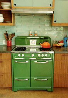 ✔ retro and vintage kitchen remodel ideas 00015 ~ Ideas for House Renovations Kitchen Inspirations, Green Apartment, Vintage Stoves, Dwell On Design, Kitchen Remodel, Kitchen Decor, Sweet Home, Home Kitchens, Retro Kitchen