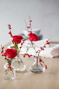 14 Blomsterdekorasjoner til julens bord - røde roser og ilex