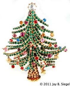 Christmas Jewelry Price Guide: Bauer Christmas Tree Pin with Removable Base Old Christmas, Vintage Christmas Ornaments, Beautiful Christmas, Christmas Themes, Christmas Holidays, Christmas Bulbs, Christmas Crafts, Christmas Spectacular, Diy Ornaments