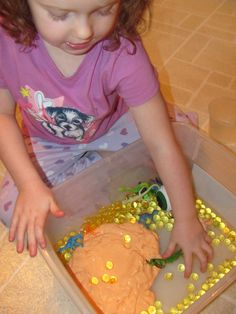 The Chocolate Muffin Tree: Halloween Slime Exploration...playing with slime AND water beads. VERY sensory experience!