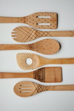 DIY etched wooden spoons. easy DIY you can do in 15 mins!