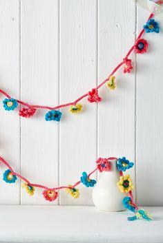 Crochet bonus makes from Homemaker Magazine issue 35 - free pattern - Flower Garland, thanks so xox ☆ ★ https://www.pinterest.com/peacefuldoves/