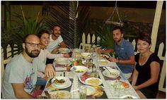 """Turistas disfrutando de una comida en el """"ranchón"""" de la casa Cuba, Table Settings, Barber, Adventure, Beach, Food, Place Settings, Tablescapes"""