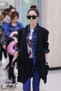 Jessica from SNSD looks like she's walking with such mystery in her shoulder-padded coat and that cool pair of dark shades. Ice queen we like!
