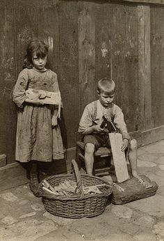 A girl and boy make kindling. Spitalfields nippers: rare photographs of London street kids in 1901 – in pictures. Vintage Pictures, Old Pictures, Old Photos, Victorian London, Vintage London, Victorian Era, London History, British History, Fotografia Social