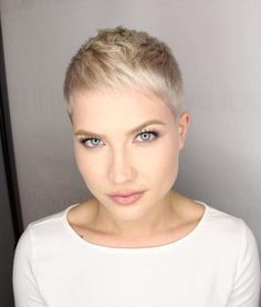 26 Best Short Pixie Haircuts for 2019 Looking for best short pixie haircuts? From classic icons to modern muses, these are the celebrities who prove the versatility of the cool cut. Plus, see our three favorite and daring ways to style a pixie cut. Superkurzer Pixie, Choppy Pixie Cut, Short Blonde Pixie, Short Pixie Haircuts, Pixie Hairstyles, Pixie Cuts, 1940s Hairstyles, Long Haircuts, Prom Hairstyles