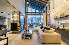 Przestronny salon z widokiem na śnieżną scenerię może zachwycać eleganckim wykończeniem. W wysokim wnętrzu wykorzystano...