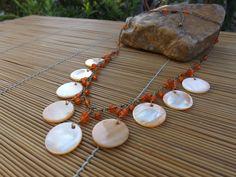 colar ouro velho com miçangas e madre perolas laranja.
