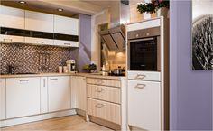Indirekte Beleuchtung ist modern und sorgt für ein angenehmes Wohnklima. Schubladen-Unterteilungen bringen Ordnung in Besteck-Chaos.