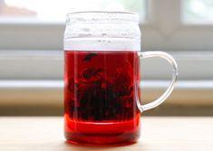 Żeby pozbyć się zalegających produktów przemiany materii z jelit oraz uniknąć problemów trawiennych i żołądkowych, należy przeprowadzić kurację oczyszczającą. Sprawdź oczyszczający eliksir na bazie czerwonej herbaty, który odświeży twój organizm. Beer, Funguje To, Mugs, Tableware, Root Beer, Ale, Dinnerware, Tumblers, Tablewares