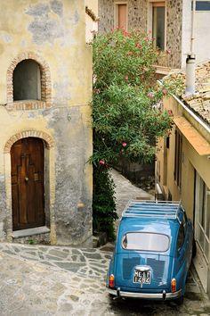 Fiat 600 dans une rue de Castelmola en #Sicile #Sicily