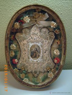 Relicario de N.M. Santa Teresa de Jesús, bordado en oro, perlas, cintas y piedras. Religious Icons, Religious Art, Religious Jewelry, Decorative Accessories, Decorative Boxes, Found Art, Assemblage Art, Objet D'art, Sacred Heart