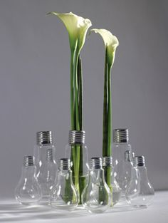 With its characteristic and unique style, the Edison light bulb responds to the needs of those who are looking for inspiration for the creation of a glass vase for their flower arrangements. Designed by Catherine Grandidier for Serax the Edison light bulb Vase Noir, Light Bulb Vase, Home Decor Vases, Decorating Vases, Diy Simple, Vase Design, Paper Vase, Round Vase, Black Vase