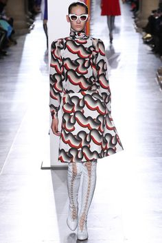 See all the Collection photos from Jonathan Saunders Autumn/Winter 2015 Ready-To-Wear now on British Vogue Jonathan Saunders, Vogue, Textiles, Fashion Show, Fashion Design, Fashion 2015, Fashion Prints, Editorial Fashion, Catwalk