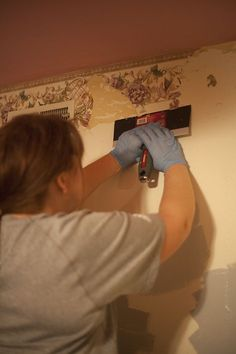 How to remove wallpaper- especially old wallpaper that is super stuck to your walls. Take heart..there is a way! Your eyes and walls will thank you! :P #diy