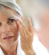 As you age, wrinkles are the first thing that you might notice appearing on your face and body. Some essential oils for deep wrinkles have skin rejuvenating qualities that make them less prominent. Diy Beauty Face, Beauty Skin, Remove Skin Tags Naturally, Age Spots On Face, Skin Tags Home Remedies, Skin Tag Removal, Bright Skin, Sagging Skin, Younger Looking Skin