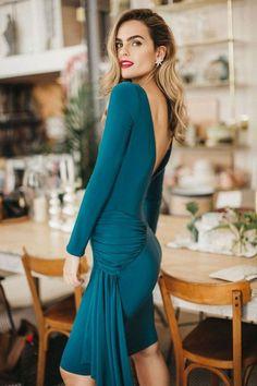¿Retro o contemporáneo? ¿Un look formal para boda o un outfit lleno de vida? ¿Sensualidad o comodidad? Con los vestidos de fiesta de la última temporada de Cherubina no tendrás que elegir: inspírate y apasiónate con la exuberancia de sus modelos. #vestidos #azules #invitada #boda #fiesta #día #cortos #look #tendencias #moda #Cherubina #bodascommx Look Formal, High Neck Dress, Dresses With Sleeves, Hair Styles, Long Sleeve, Outfit, Retro, Fashion, Blue Evening Dresses