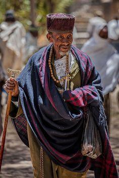 priest celebrates the festival Hosanna (Palm Sunday) in Axum, tigray   por anthony pappone photography