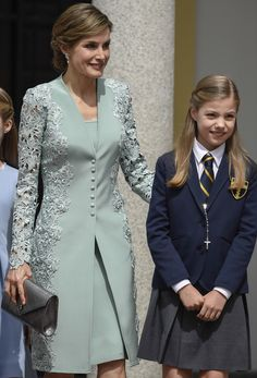 Queen Letizia of Spain and Princess Sofia of Spain pose for the photographers before the First Communion of Princess Sofia of Spain at the Asuncion de Nuestra Senora Church on May 2017 in Madrid, Spain. Royal Dresses, Gala Dresses, Dress Outfits, Evening Dresses, Fashion Dresses, Stylish Dresses, Simple Dresses, Short Dresses, Royal Fashion