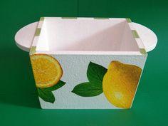 Porta margarina com alças laterais no tema limões, laterais com listras. <br>Linda decoração para sua mesa.