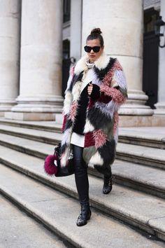 Nina Schwichtenberg trägt einen Mantel von Asos, Sweater von Zara, Tasche von 3.1 Phillip Lim, Hose von H&M & Schuhe von Chloé Susanna Boots. Mehr auf www.fashiioncarpet.com