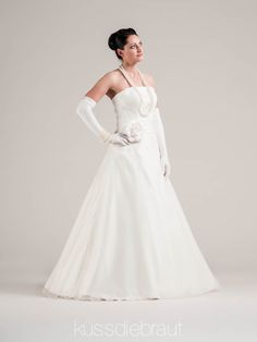 Wedding dress by LINDEGGER. KÜSSDIEBRAUT