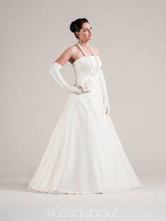 Wedding dress by LINDEGGER. KÜSSDIEBRAUT