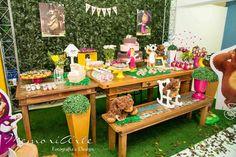 Mesa rústica com painel inglês, nichos e porcelanas em branco, amarelo e rosa compuseram a decoração da festa Masha e o Urso