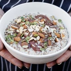Porridge aux graines de chia, poires et amandes frühstück - Easy Breakfast Recipe ideas Good Morning Breakfast, Breakfast Time, Brunch Recipes, Breakfast Recipes, Breakfast Ideas, Smothie Bowl, Healthy Snacks, Healthy Recipes, Brunch Buffet