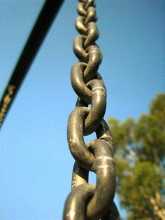 (2) Gestalt principle of continuity: The naked eye will naturally follow a line or curve. In this case, our eyes move upward wondering how much of that chain is left.