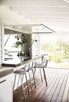 Landscape Trendy kitchen window servery home Are you now considering a vegetable garden? Indoor Outdoor Kitchen, Outdoor Kitchen Design, Modern Kitchen Design, Kitchen Window Bar, New Kitchen, Kitchen Ideas, Kitchen Windows, Stylish Kitchen, Kitchen Decor