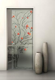 Porta scorrevole in vetro temperato. Decorazione: Incisione con dettagli dipinti a mano su fondo sabbiato.