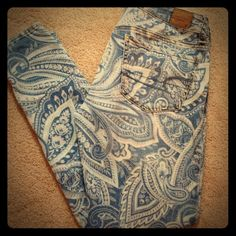 Light wash w paisley pattern skinny jeans Size 6 (runs small fits like 4/27) American Eagle Outfitters Jeans Skinny