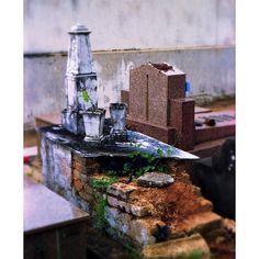 Foto realizada com filme 35mm numa Fujica ST701, tratada a posteriori. #35mm #analógica #filme #film #cemitério #túmulo #abandono #pó.