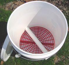 «De nouveau» Vermiposting ver seau intérieur / extérieur 5 gal ventilé Vermipost composteur  SUPER BAS ENTRETIEN, très faible à zéro odeur, peut être utiliser en intérieur ou extérieur.  Faire votre propre thé ver, moulages et Compost ver (Vermipost). Super facile à entretenir. Ajouter vos propres vers, chutes de literie et de table. Ne prend pas beaucoup de place, ce seau le rend facile à démarrer une ferme artisanale ver.  Les vers sont un excellent composteur «naturel», ils peuven...