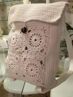 Mochila de crochet realizada en algodón, para lucirla el próximo verano