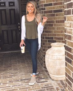 Explore looks & attire to discover what you should wear with the use of Slip-on Sneakers. slip on sneakers outfit summer casual Wedges Outfit, School Looks, Mode Outfits, Casual Outfits, Office Outfits, Skater Outfits, College Outfits, High Tops, Outfits With Converse