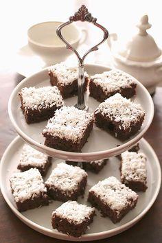 Feiner, zu kleinen Stücken geschnittener, Low Carb Blechkuchen mit Schokolade bestrichen und Kokosraspeln verziert. Perfekt als Snack für Partys.