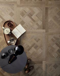 Ben jij ook zo'n fan van een houtlook? Deze PVC vloer van vtwonen is bijna niet van echt hout te onderscheiden! Erg mooi voor in de woonkamer of de keuken. Of je nu gaat voor een landelijke woonstijl, industrieel, modern of design, deze houtlook vloer past bij vele interieurs! Versailles, Wall Lights, New Homes, Flooring, Wood, Interior, Home Decor, Decoration, Baby