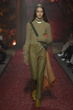 Hermès Fall 2018 Ready-to-Wear Fashion Show Collection: See the complete Hermès Fall 2018 Ready-to-Wear collection. Look 51 Fashion Moda, Fashion 2018, Fashion Outfits, Womens Fashion, Fashion Trends, Knitwear Fashion, Knit Fashion, Sweater Fashion, Paris Fashion Week