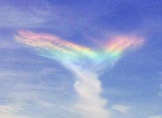 まれな大気条件が重なった結果、「ファイヤー・レインボー(環水平アーク)」と呼ばれる美しい現象が出現した。