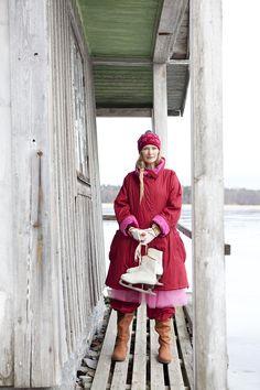 Wintermode 2012/13 - Wattierter Mantel in Purpur: Bei einer Verschnaufpause am alten Badehaus hält der wattierte Mantel aus Öko-Baumwollcambric in Purpur und dazu passend die gefütterte Wetterhose mit weichem Flanellfutter aus Öko-Baumwollcambric in Purpur unsere Eisprinzessin warm. Für wohlige Wärme an Händen und Ohren sorgen die Mütze Gnistra und die Fäustlinge Mimmi.