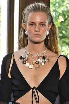 The Best Jewelry Trends from Paris Fashion Week Spring 2019 Beste Schmucktrends Paris Fashion Week Frühling 2019 This image has. Fashion Week Paris, Home Fashion, Fashion Show, Fashion Tips, 2000s Fashion, Fashion Websites, Fashion Stores, Fashion Spring, Fashion 2018