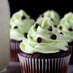 Rich, super soft Chocolate Cupcakes topped with super creamy Mint Frosting. If you love Mint Chip Ice Cream - you need to make these Mint Chocolate Cupcakes Mint Chocolate Cupcakes, Menta Chocolate, Chocolate Chip Muffins, Mini Chocolate Chips, Chocolate Buttercream, Buttercream Recipe, Hot Chocolate, Thanksgiving Desserts Easy, Quick Easy Desserts