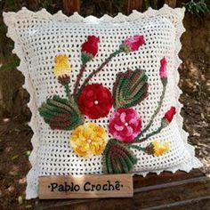 Almofada de crochê: passo a passo + 38 fotos Crochet Applique Patterns Free, Crochet Mandala Pattern, Granny Square Crochet Pattern, Crochet Flower Patterns, Crochet Flowers, Crochet Cushion Cover, Crochet Cushions, Crochet Pillow, Felt Flower Pillow