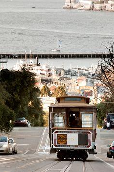 El cable car no es solo un medio de transporte. Es un entretenimiento en si mismo y un icono de la ciudad. Reserve hoy su hotel en San Francisco y recorra esta hermosa ciudad en un peculiar tranvía.