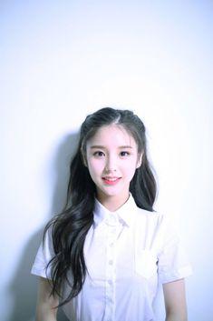 LOONA HeeJin Picture Kpop Girl Groups, Korean Girl Groups, Kpop Girls, Debut Photoshoot, Loona Kim Lip, Ulzzang Korean Girl, Beautiful Girl Image, Autumn Fashion Casual, Girl Bands